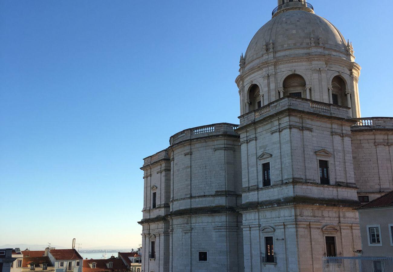 Monumento de Lisboa ao lado do apartamento na cidade com 7 colinas