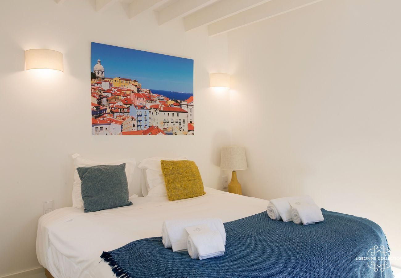 Cama e sala azul brilhante para 2 turistas para alugar na Graça