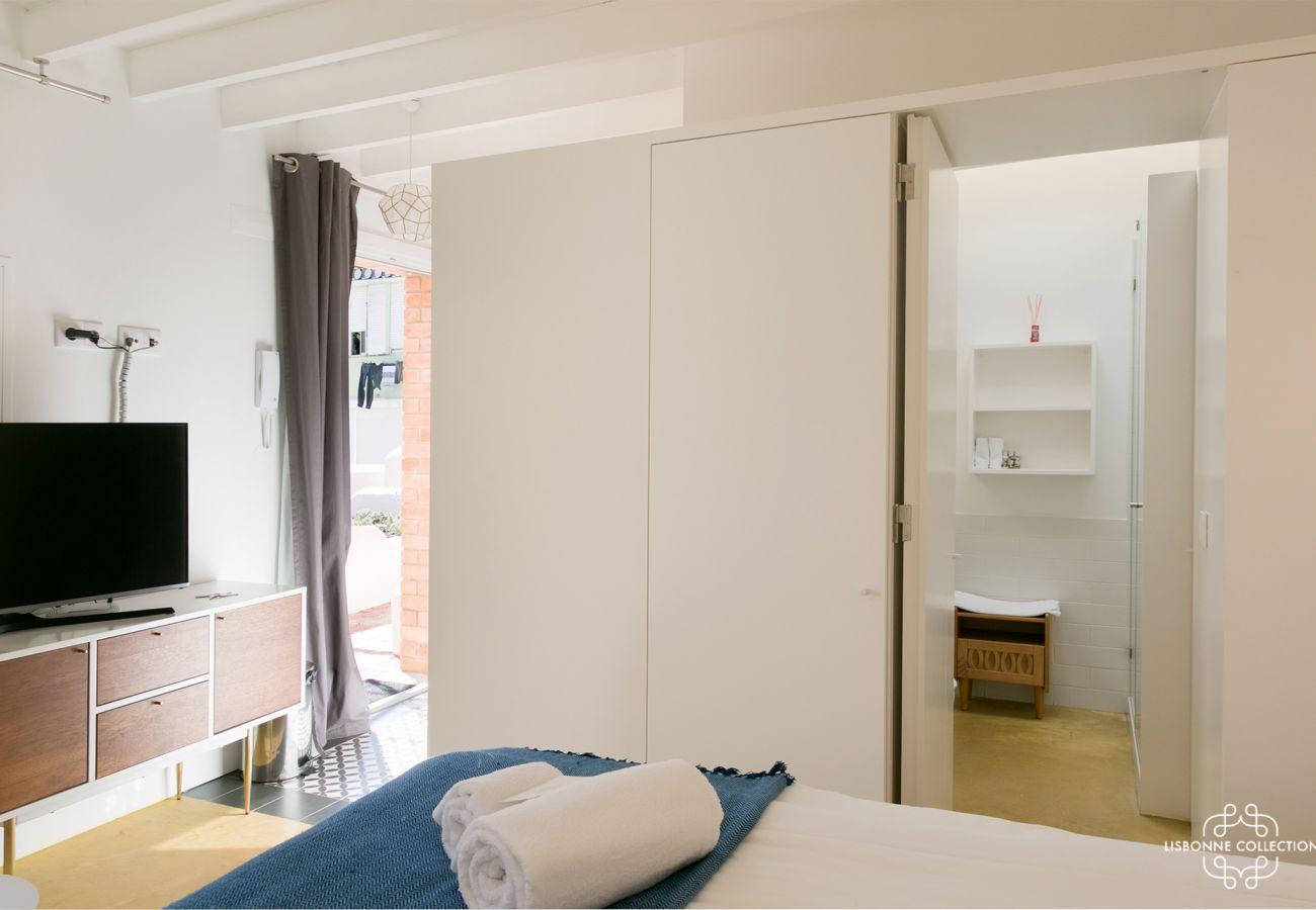 Acomodação com cama para 2 pessoas ao lado do banheiro e cozinha