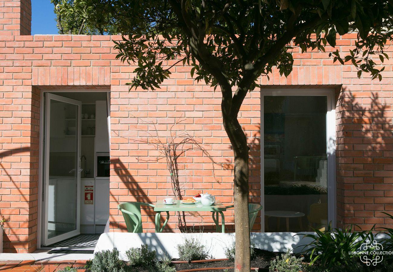 Studio com um terraço de tijolos com panorama do Tejo