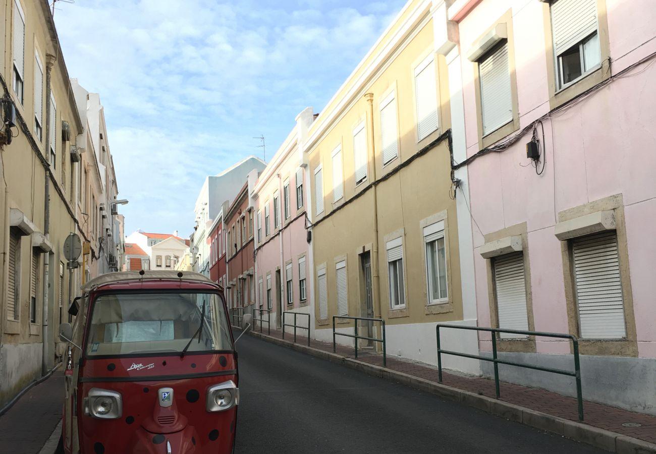 Rua típica de Lisboa com tuk tuk para visitar o centro da cidade