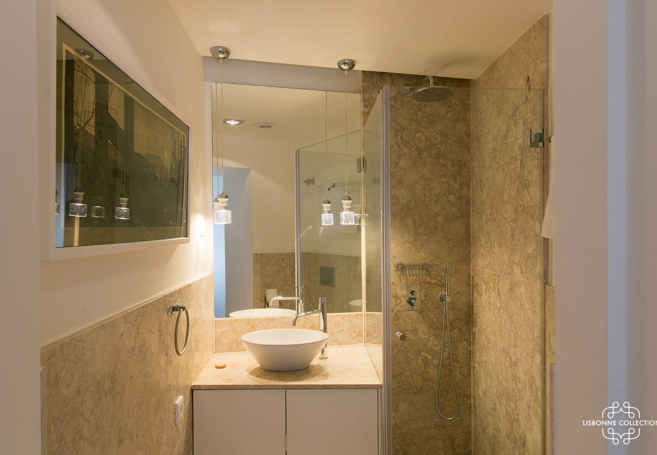 Longa casa de banho em mármore para arrendar no centro de Lisboa