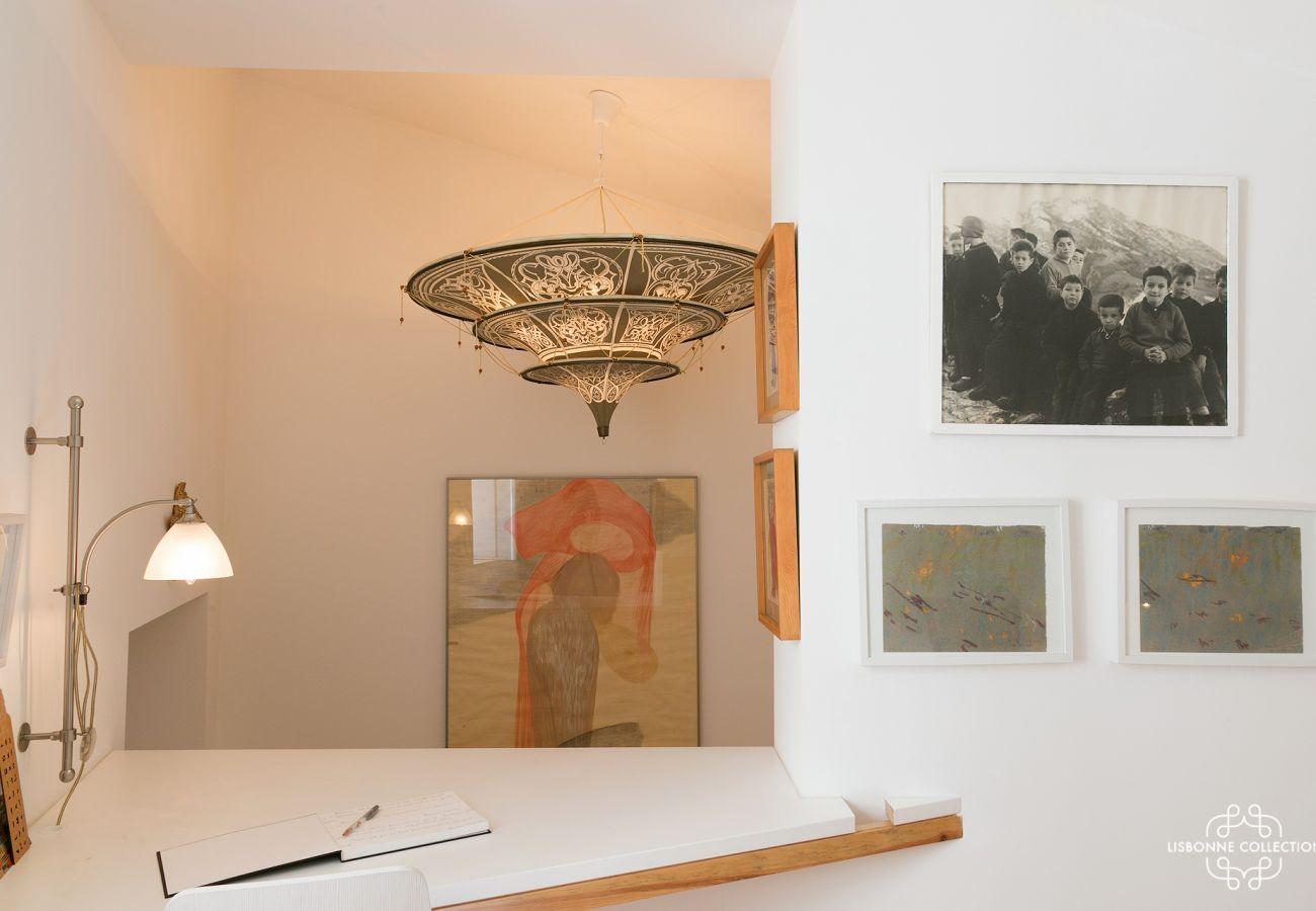 Quarto com decoração contemporânea com um toque de rústico