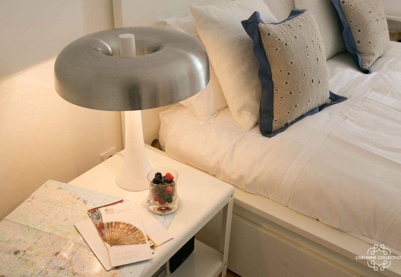 Lâmpada de cabeceira design branco na mesa de cabeceira no quarto
