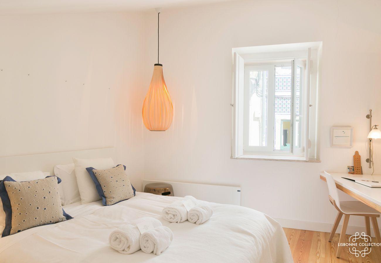 Quarto brilhante gigantesco com cama e mesa de janela