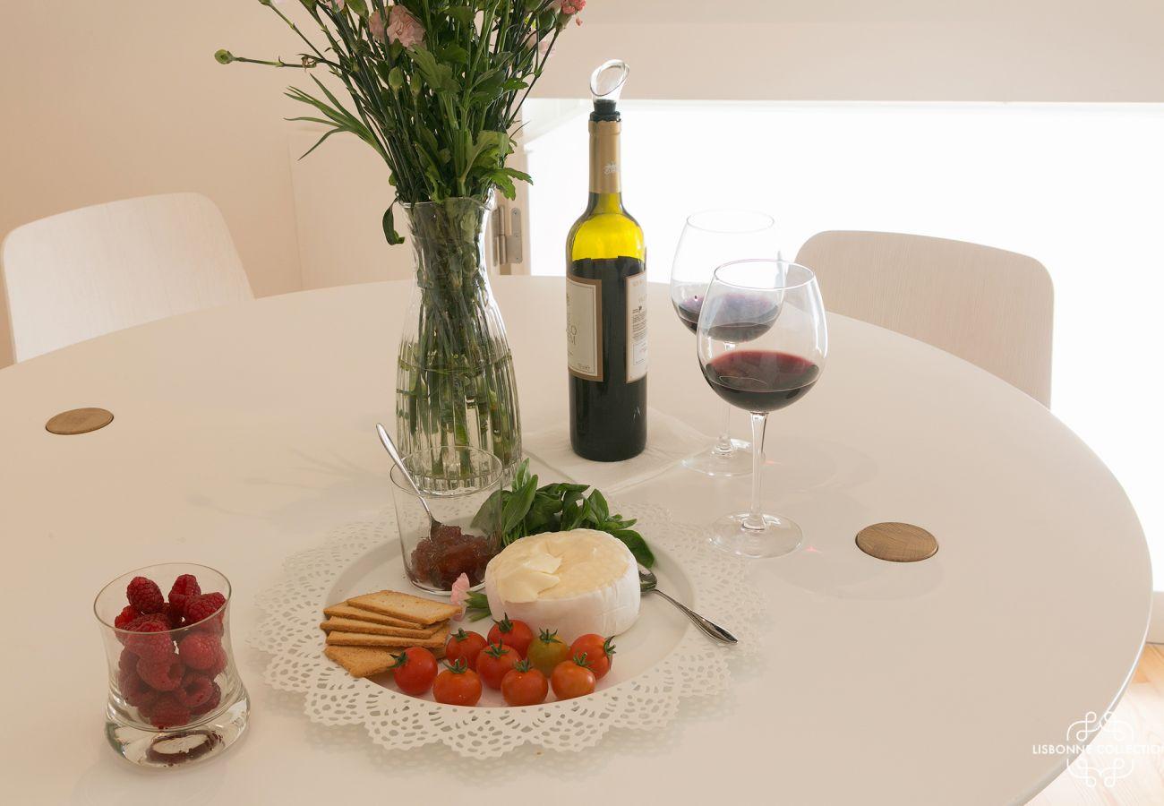 Pronto para uso de mesa com garrafa de vinho e sobremesa