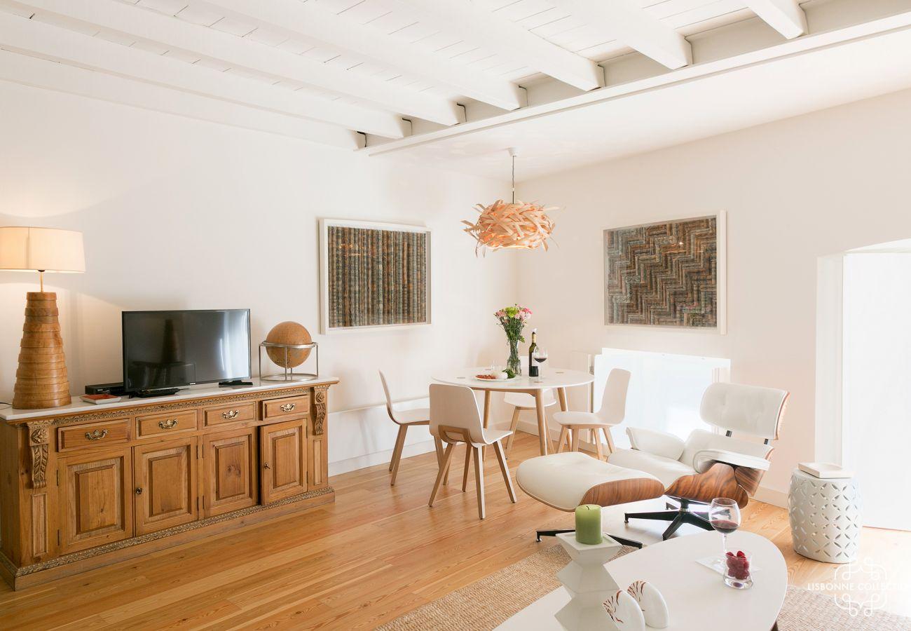 Espaçosa sala de estar com decoração contemporânea e acesso ao exterior