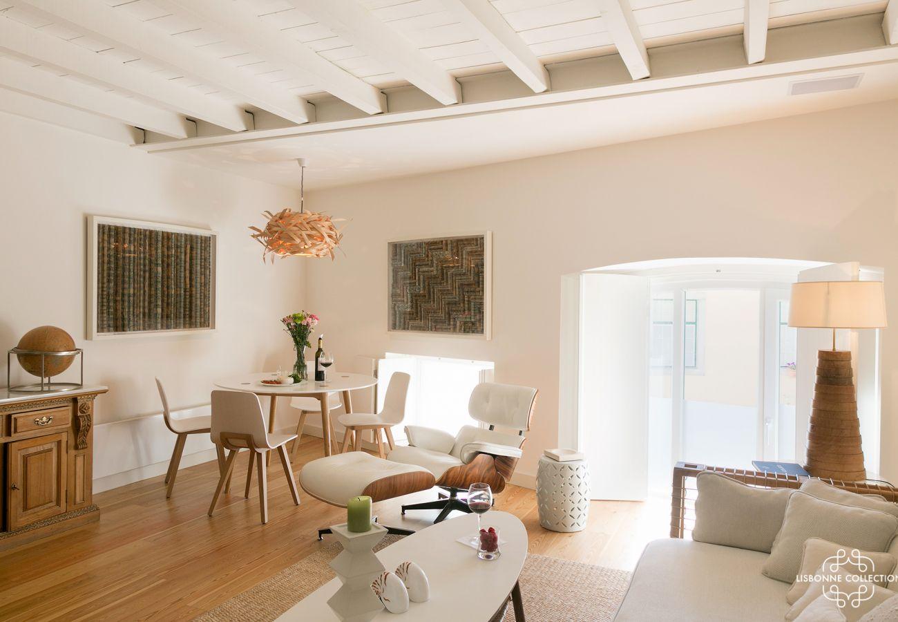 Grande, luminosa e prestigiada sala de estar com sofá de tecido