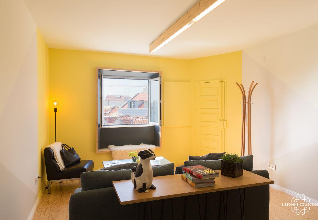 Apartamento com decoração amarela, sóbria e elegante para uma estadia