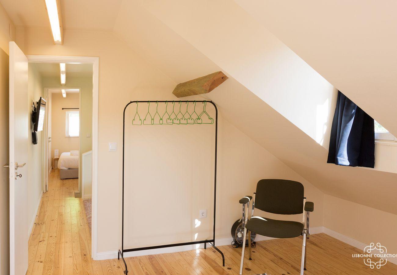 Guarda-roupa moderno com cadeira em um quarto para 2 pessoas