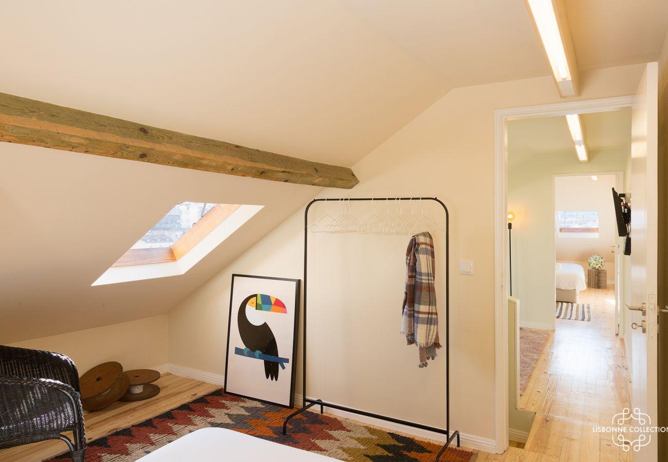 Amplo piso do duplex com 3 quartos com acesso às escadas