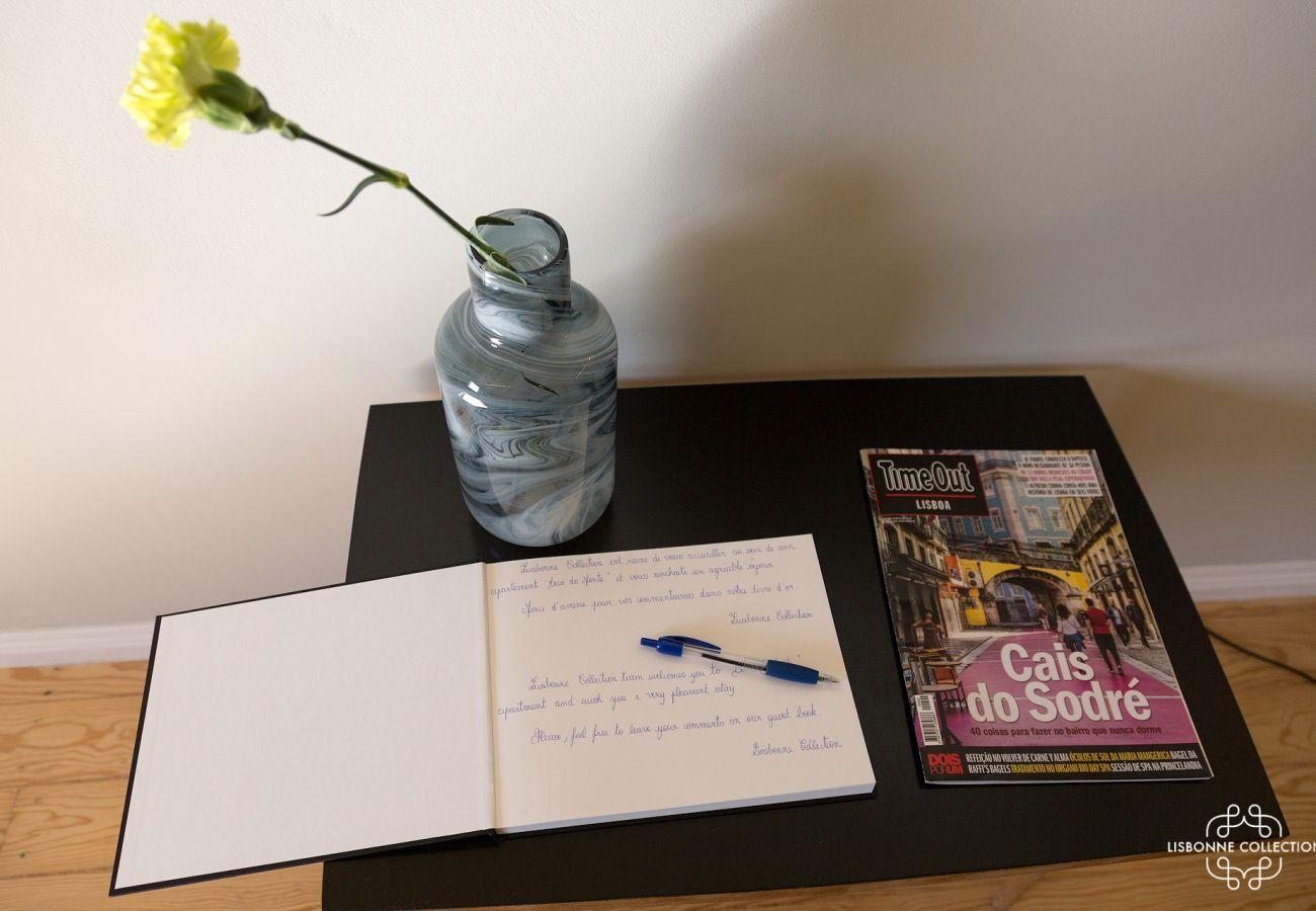 Livro de visitas com decoração, revista e flor amarela