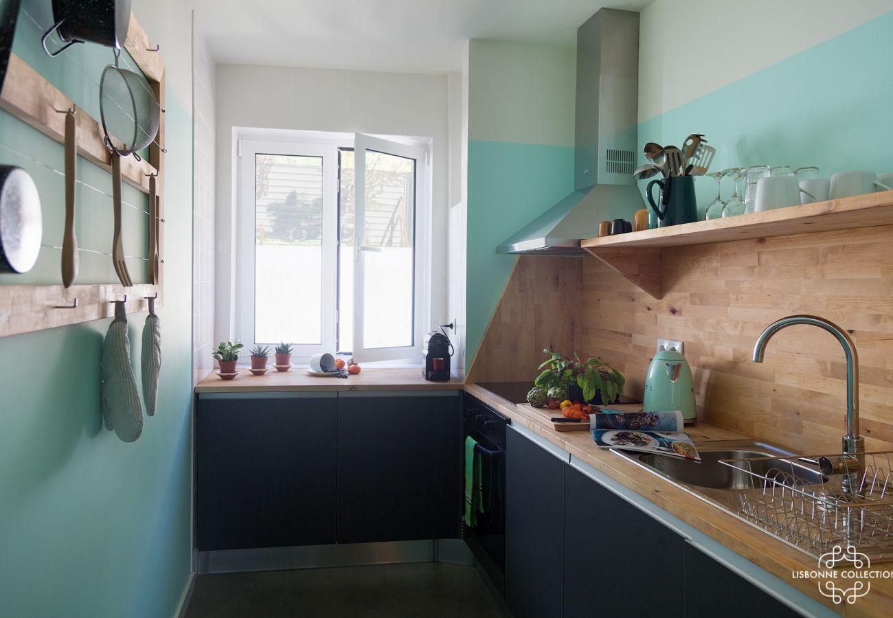 Cozinha brilhante e colorida de prestígio para férias