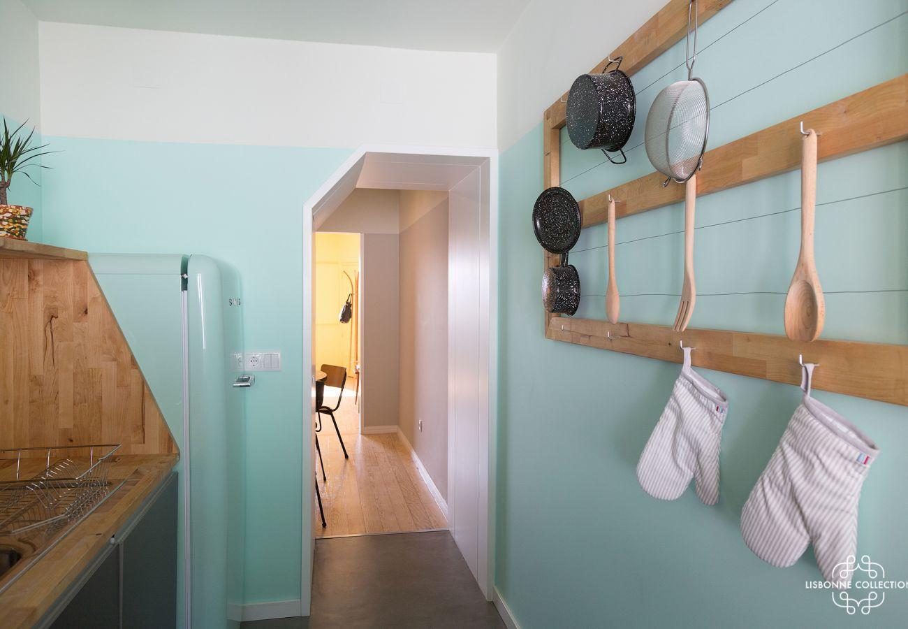 Decoração azul aconchegante em uma cozinha retrô para alugar em Lisboa