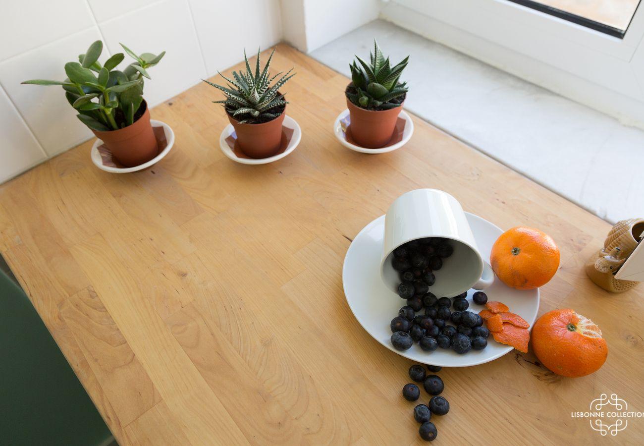 Pequenos cactos e frutas pararam na bancada da cozinha