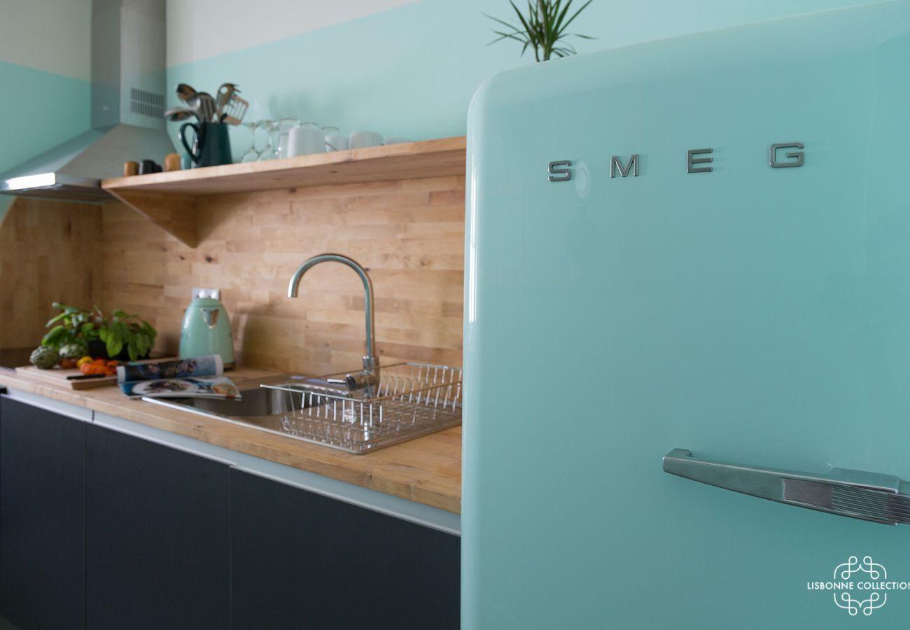 Geladeira moderna e colorida em uma cozinha de luxo