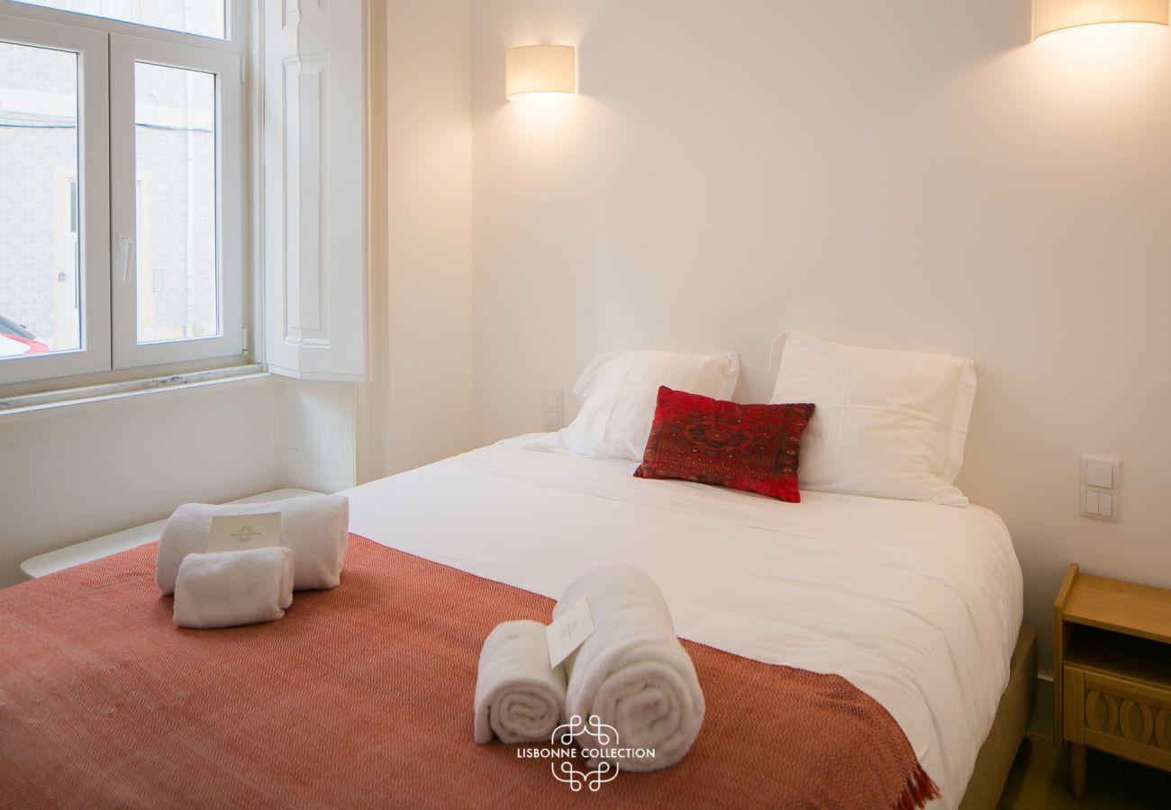 Quarto espaçoso em tons sóbrios com cama de casal