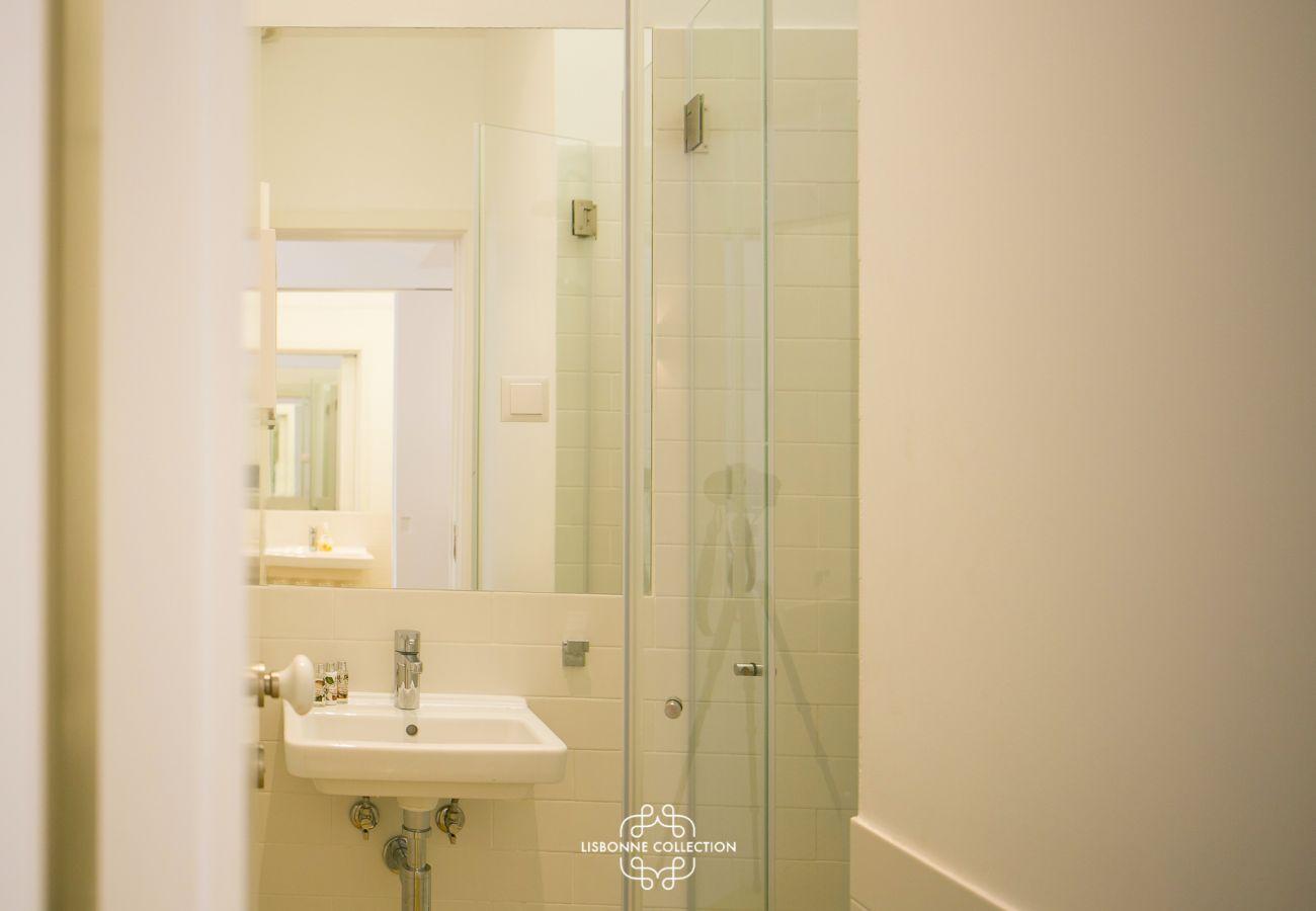 Casa de banho resplandecente com chuveiro e lavatório