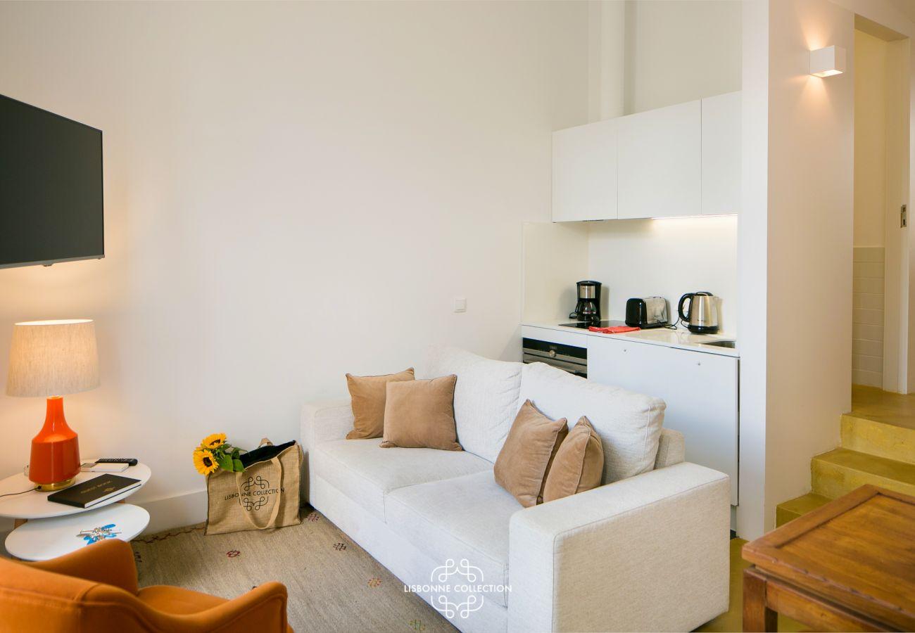 Sala de estar com vista para o corredor com acesso a quartos e banheiro