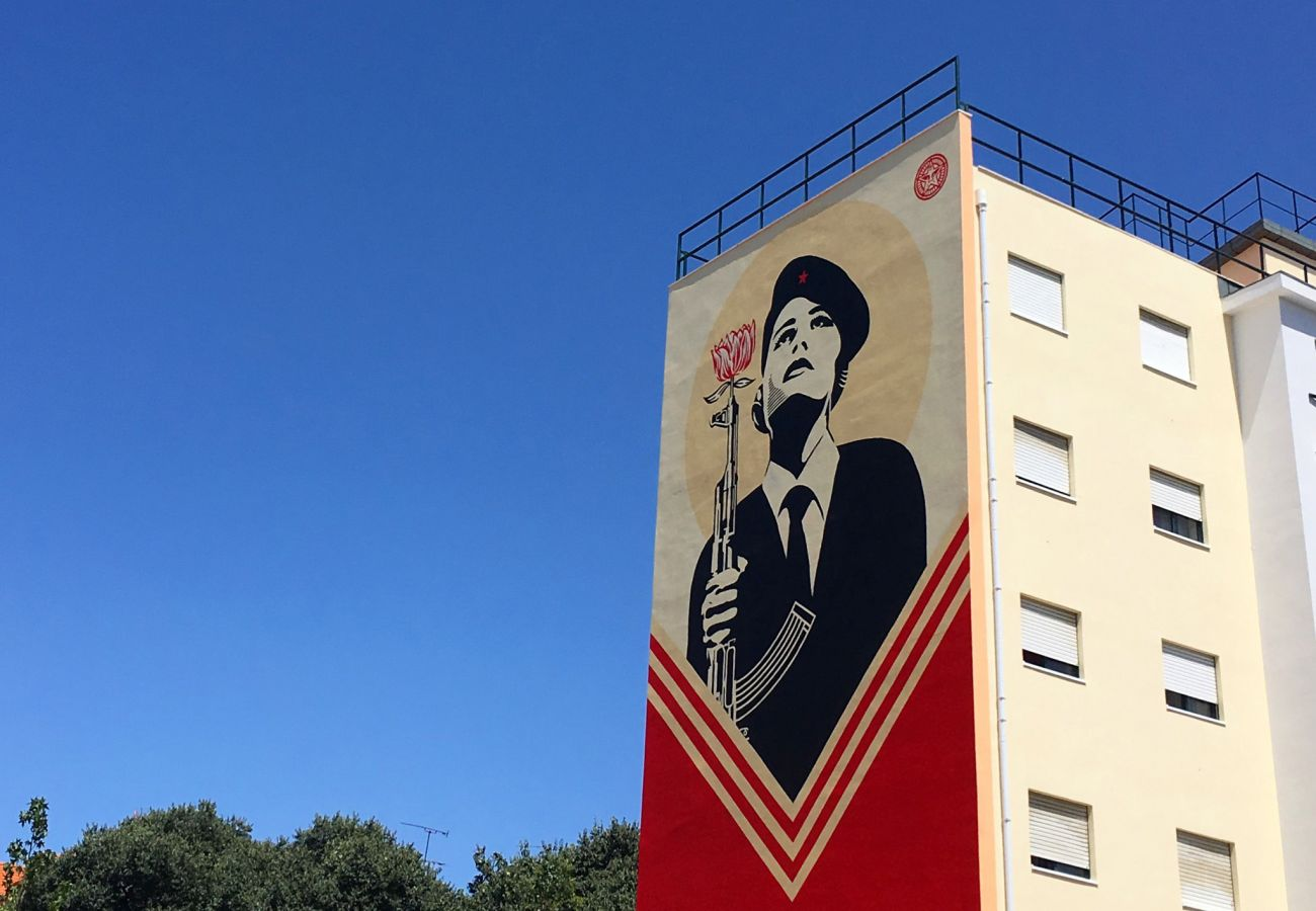 Arte de rua vermelha dominante no bairro da Graça de Lisboa