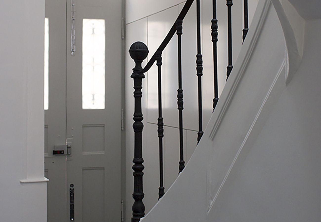 Escadaria na entrada do prédio