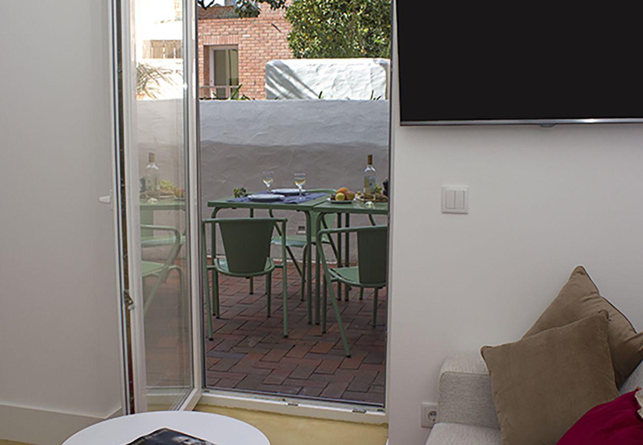 Acesso externo no terraço mobilado acolhedor e luminoso