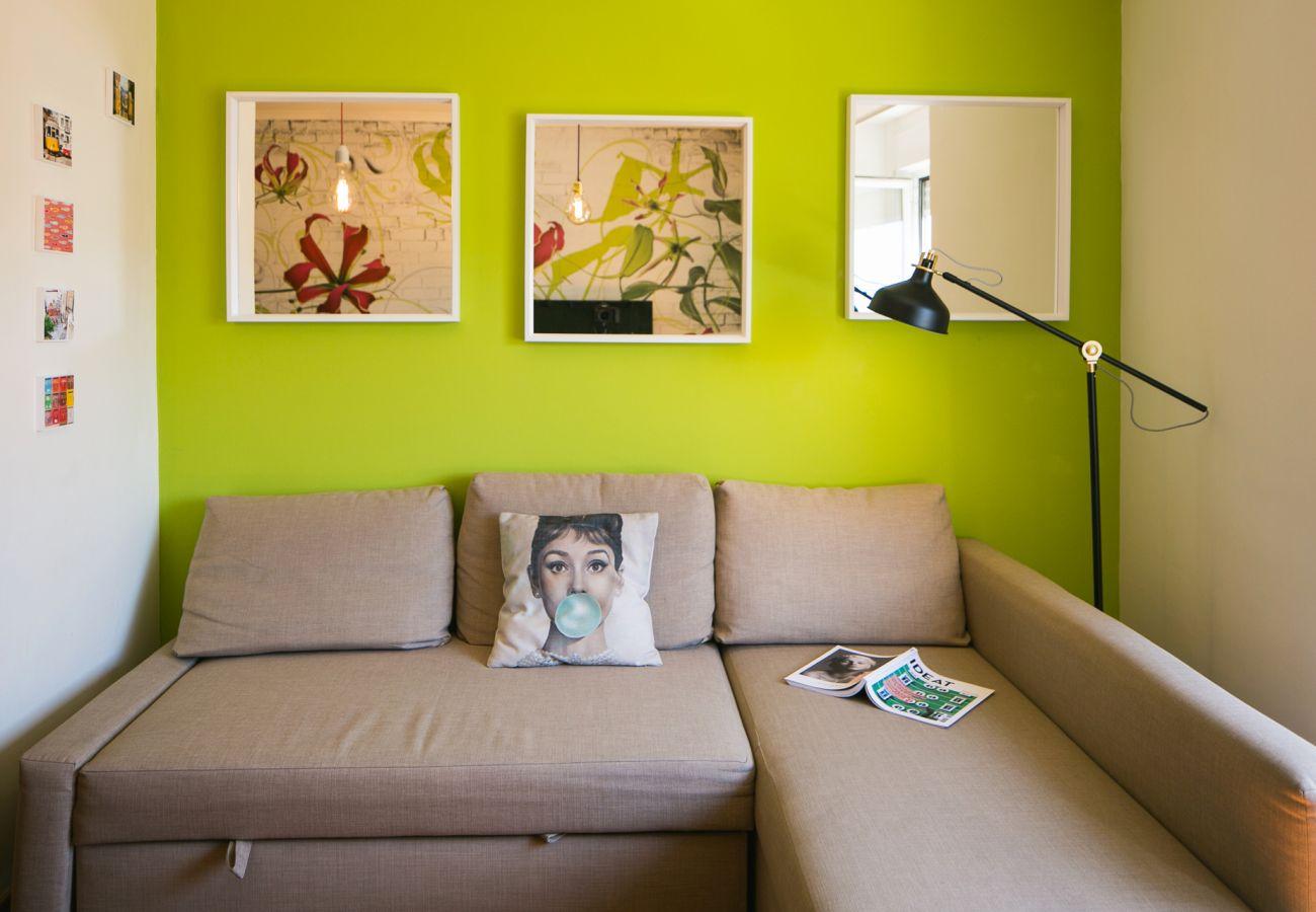 Grande sofá conversível em uma sala colorida e brilhante