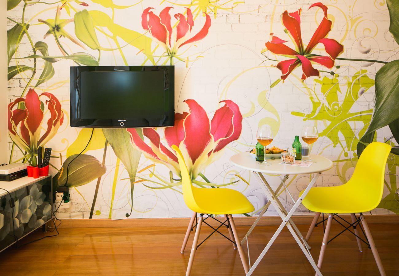 Sala de estar com sofá, mesa de café e sala de jantar pronto para uso