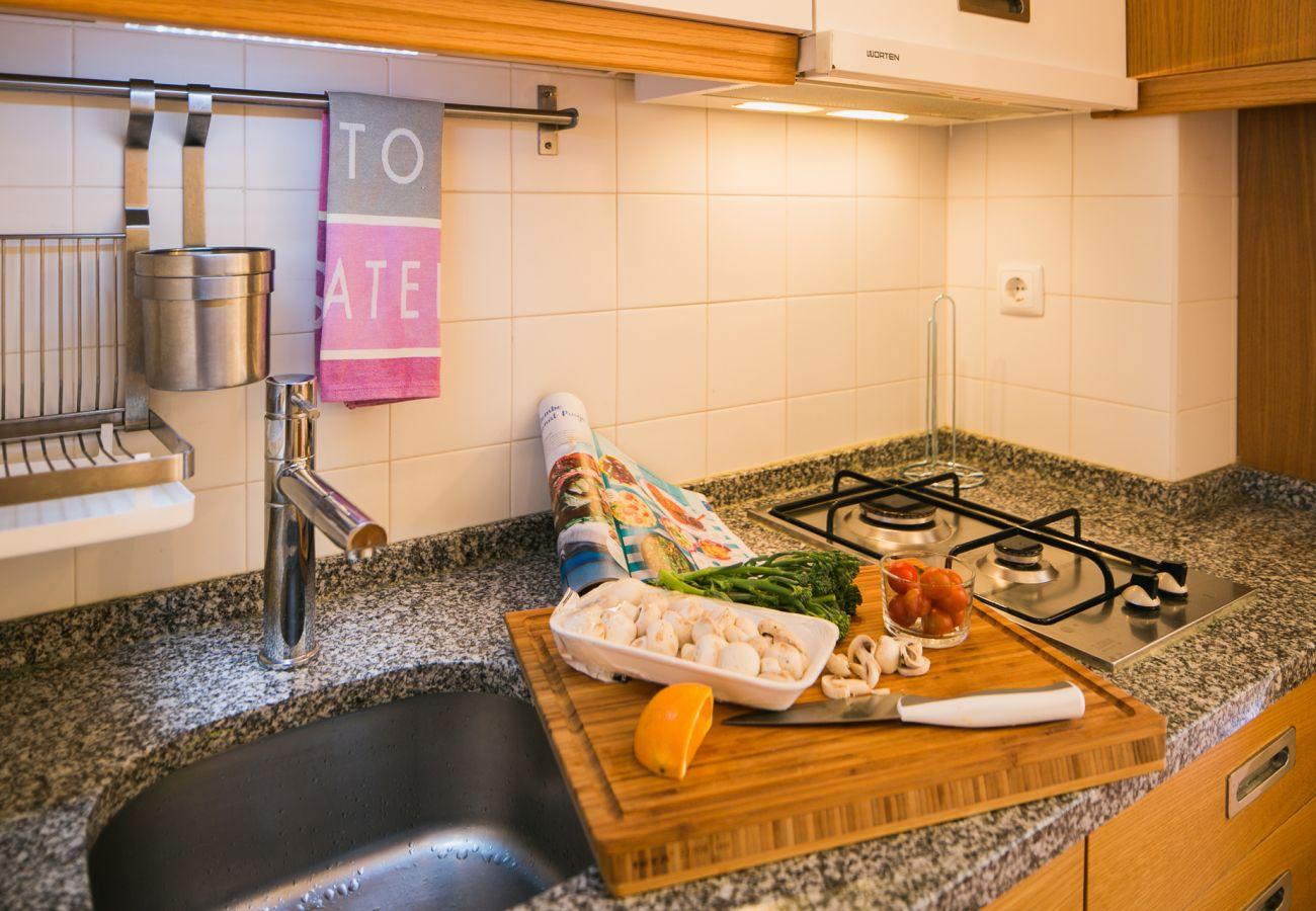 Cozinha com bancada em mármore de alta qualidade