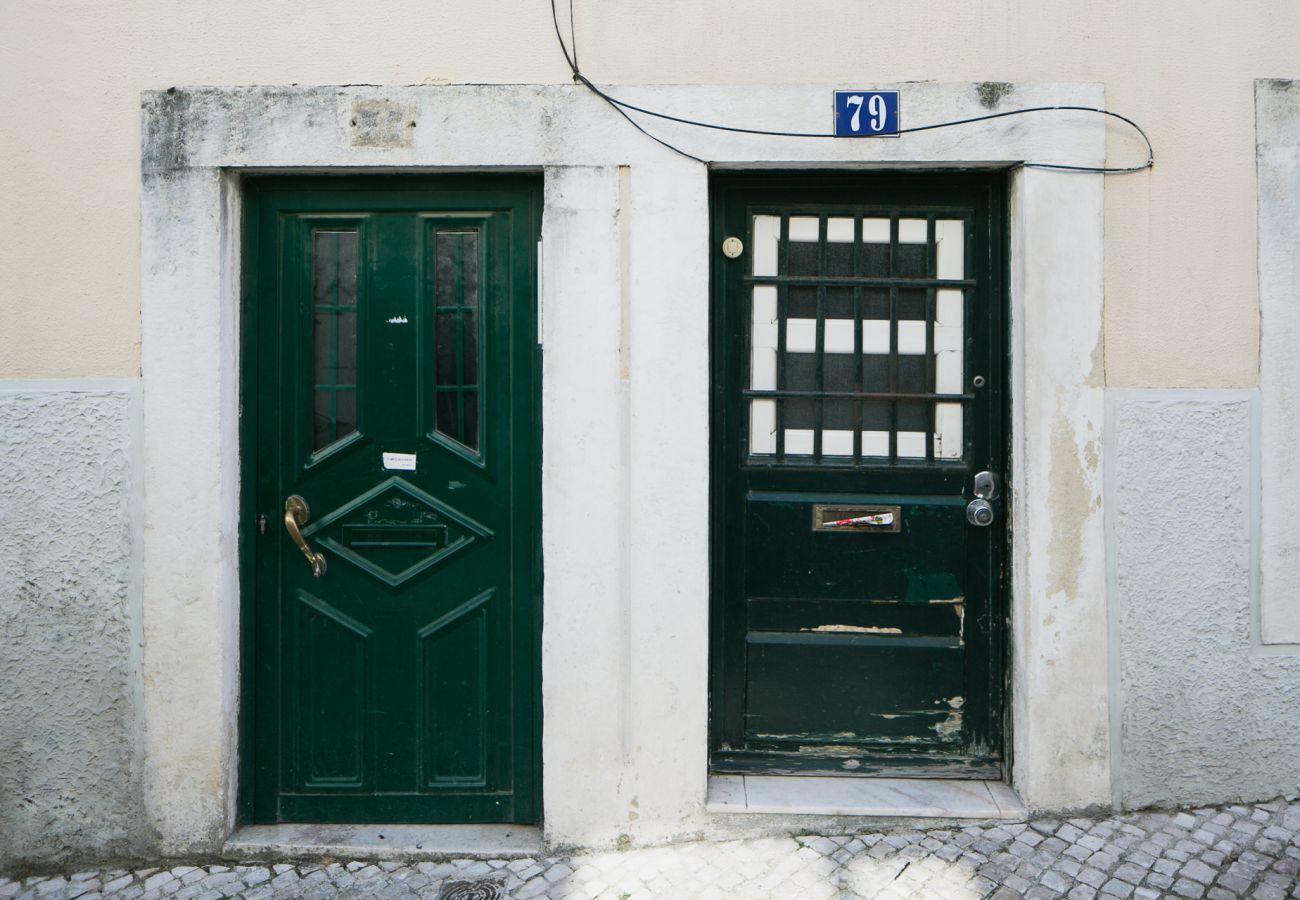 Porta de entrada para o apartamento alugado no coração de Lisboa