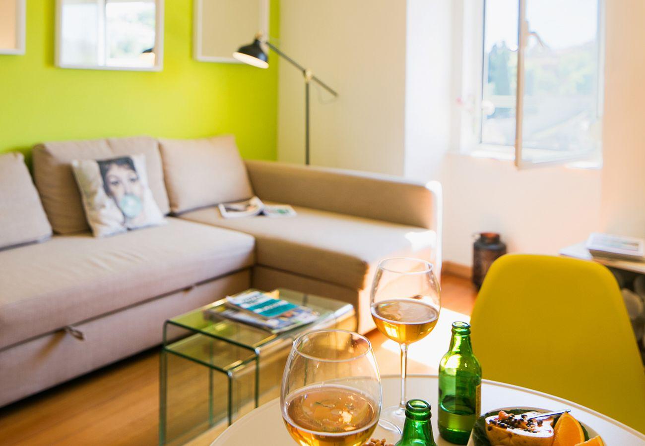 Sala de estar com TV e sofá-cama para alugar para uma estadia em Lisboa
