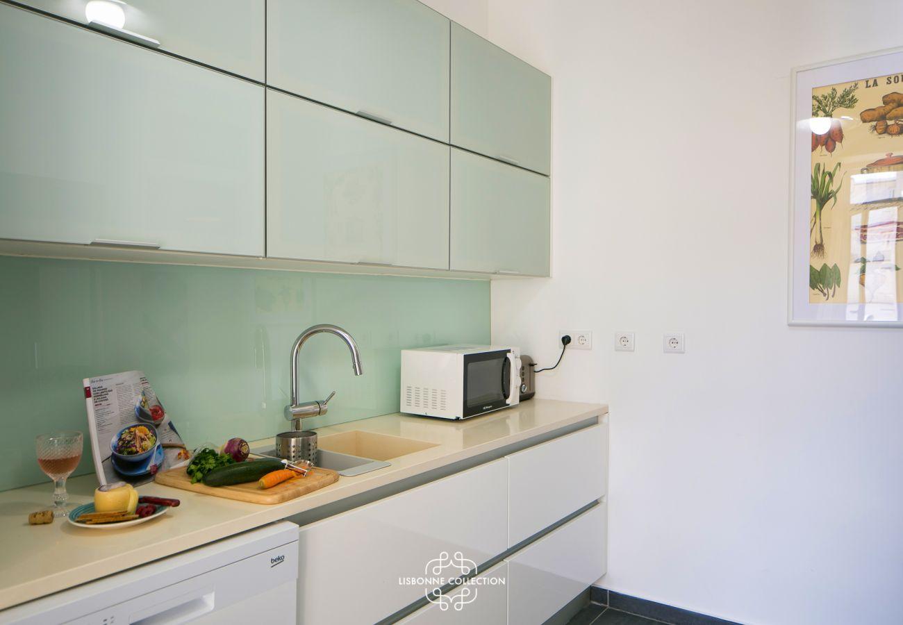 Grande cozinha de designer totalmente equipada e pronta para uso