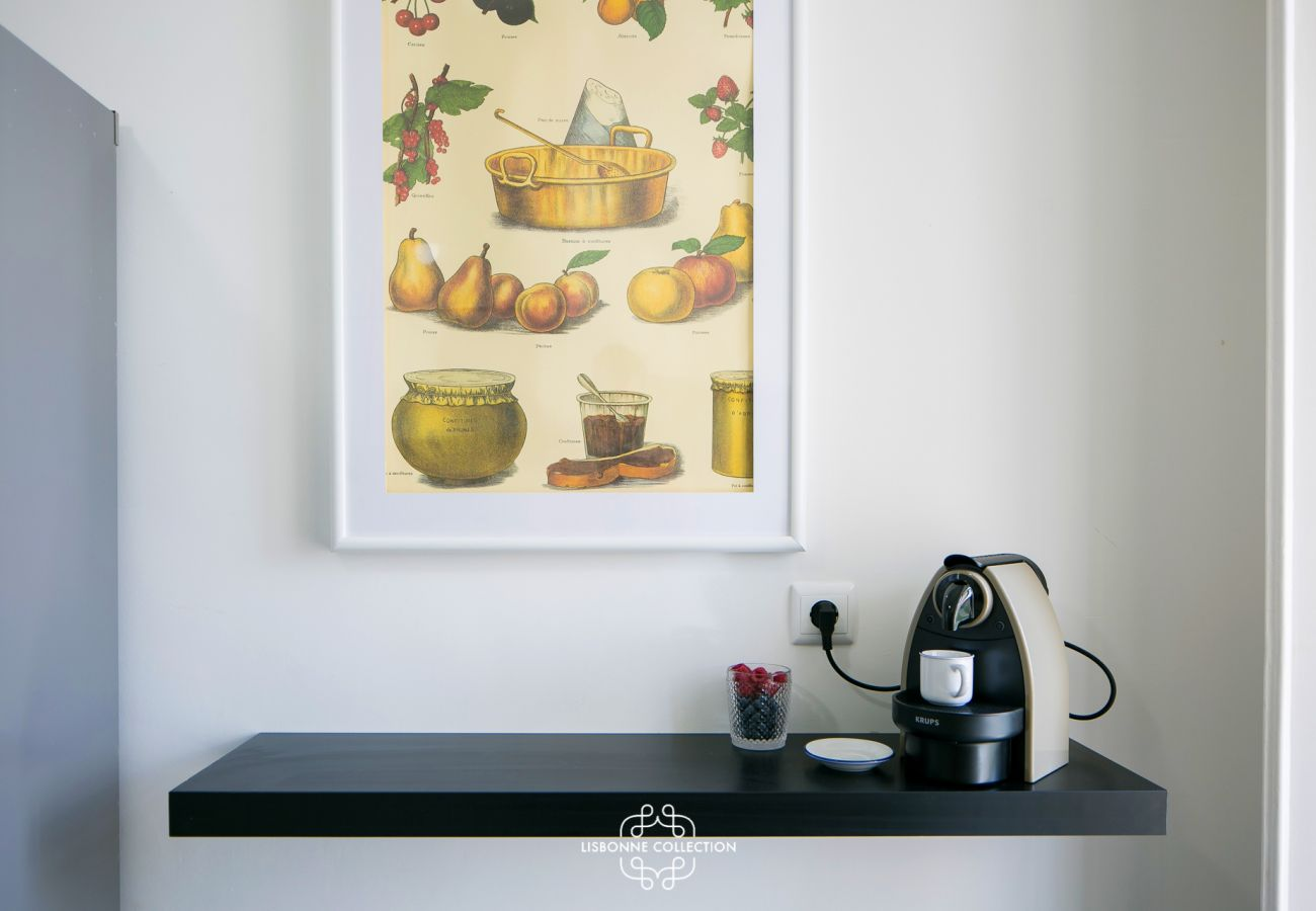 Decoração na cozinha com moldura e cafeteira