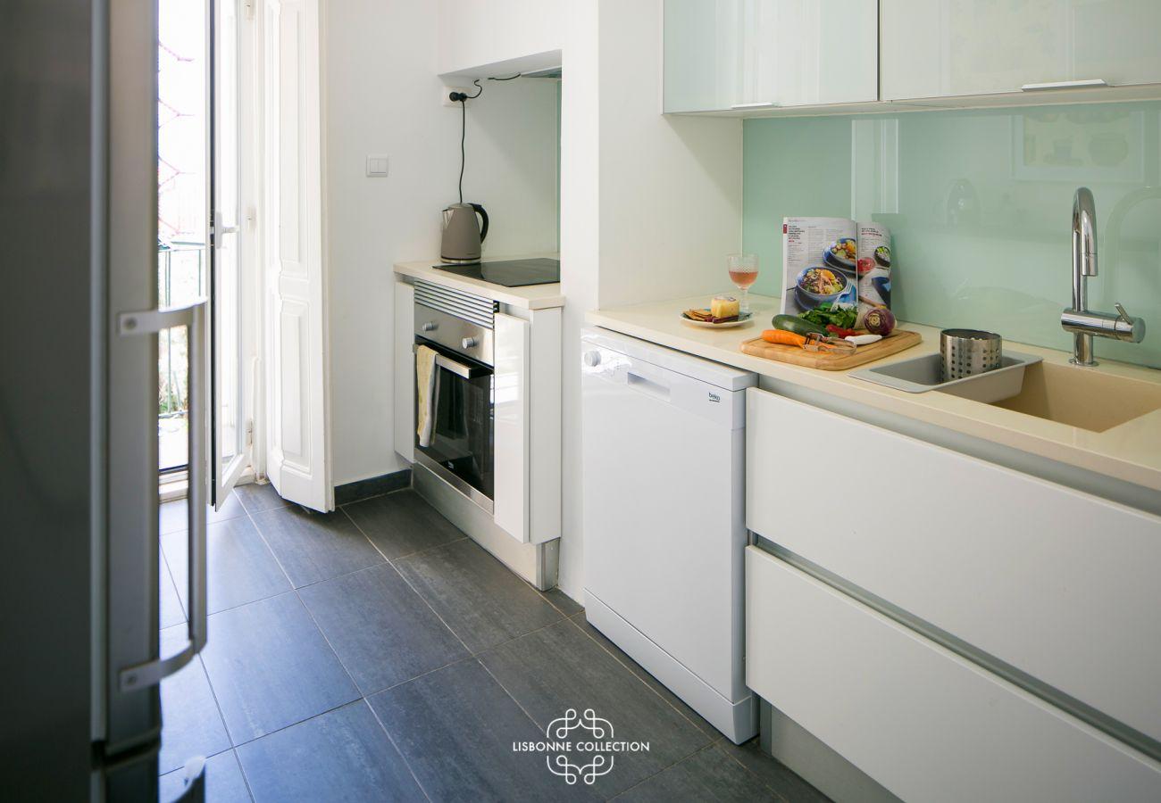 Grande cozinha espaçosa e luminosa totalmente equipada