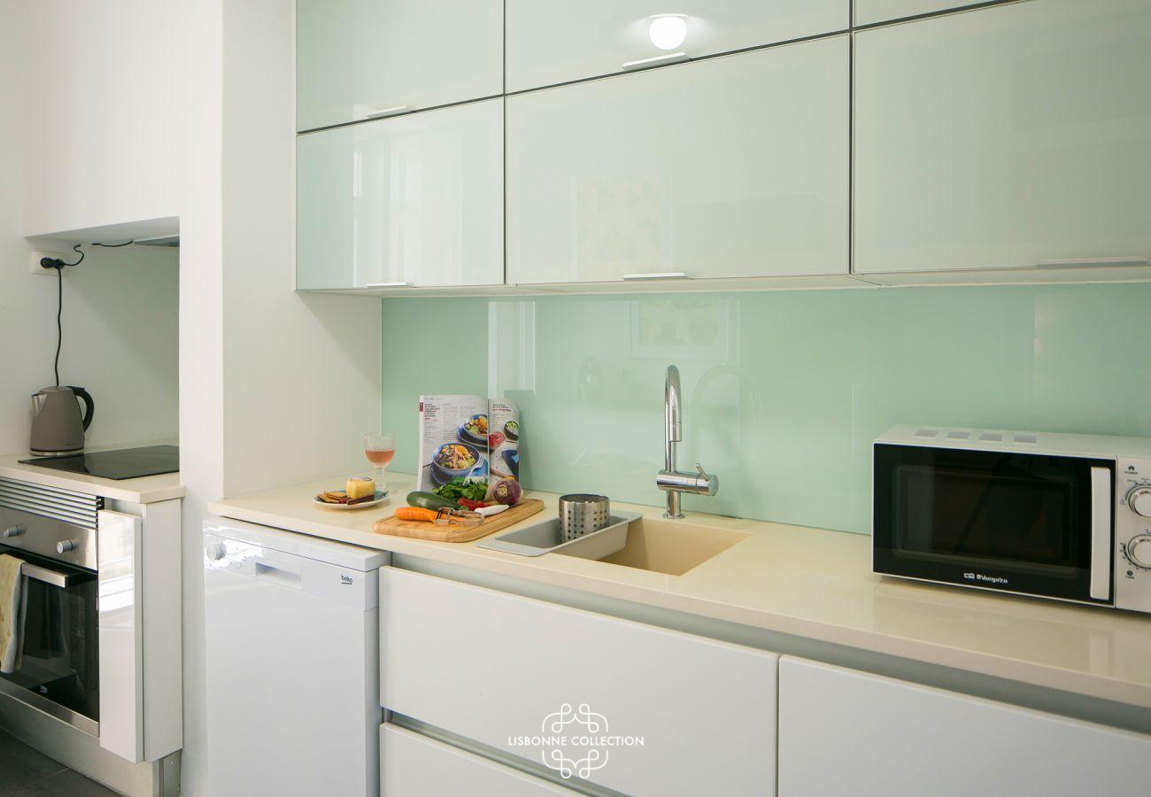 Cozinha totalmente equipada com fogão, forno, microondas, pia e máquina de lavar louça