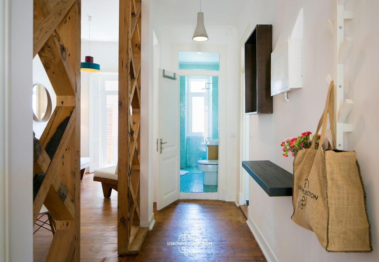 Corredor principal com vista para a cozinha, sala e quartos
