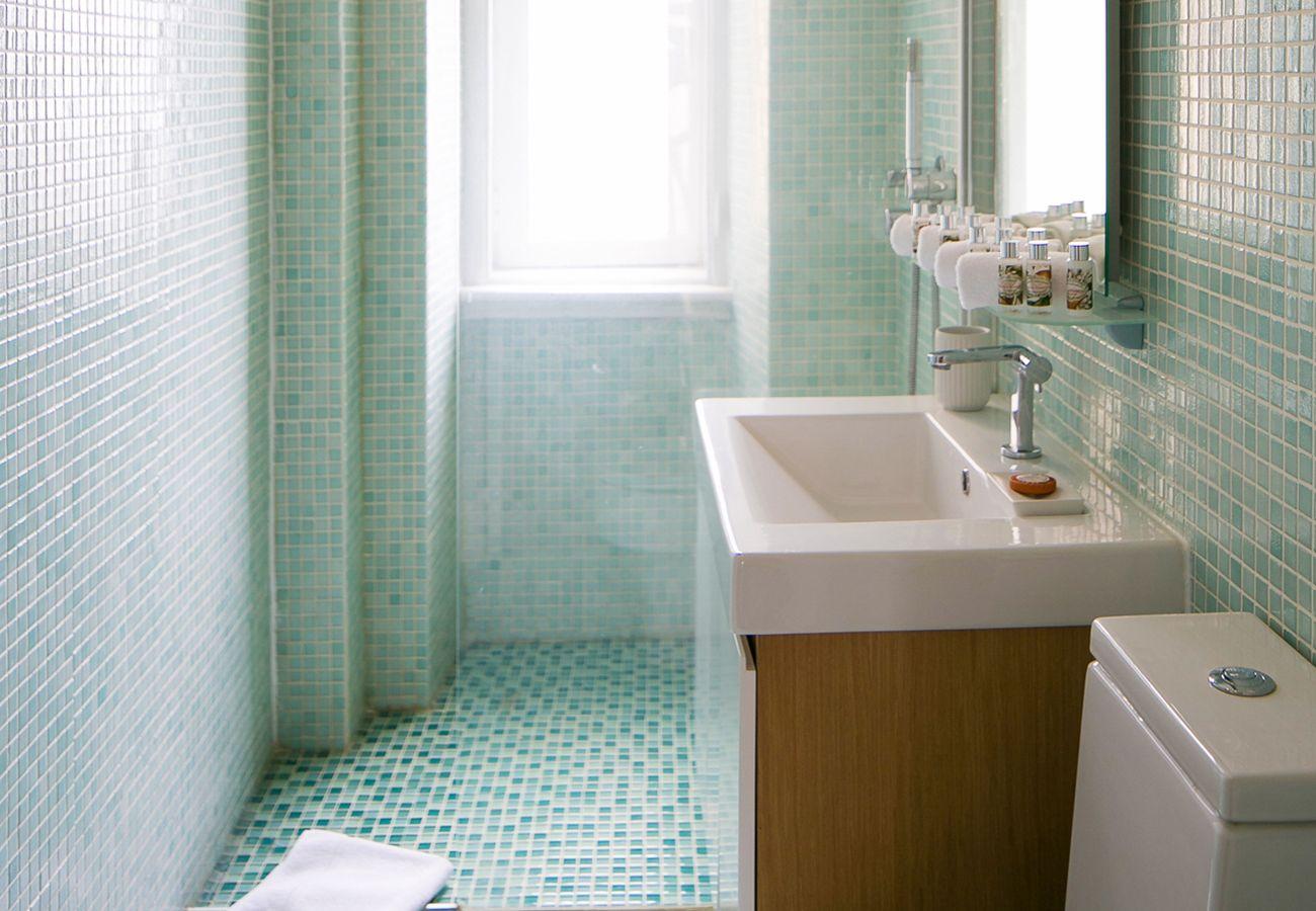 Moderna casa de banho espaçosa com azulejos brancos