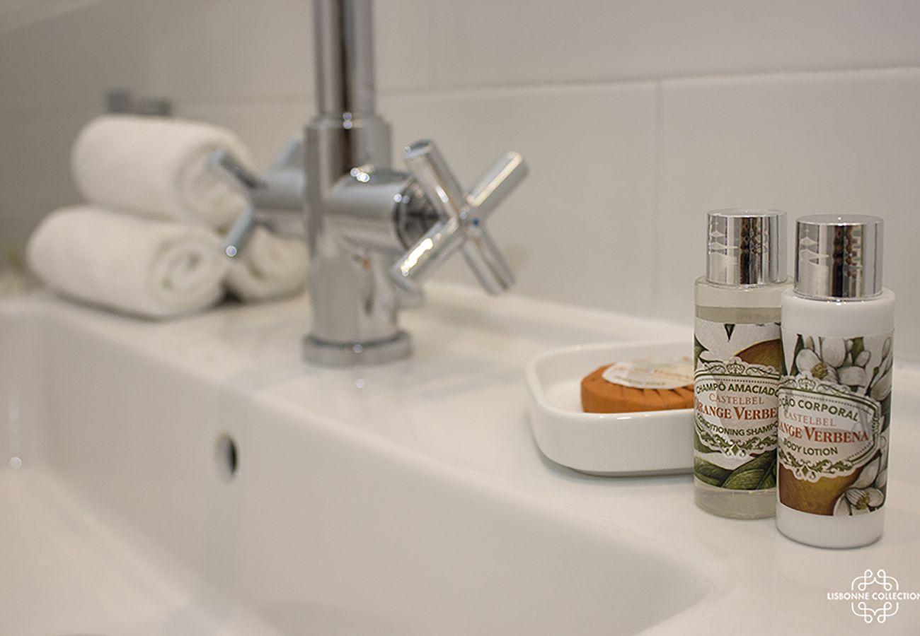 Pia do banheiro com toalhas dobradas e sabonete