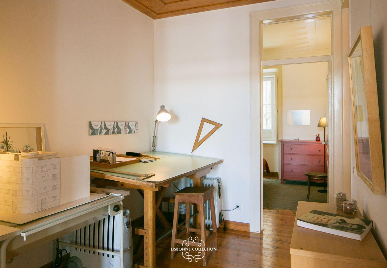 Escritório vintage com arquitetura rústica com vista para os 2 quartos da casa