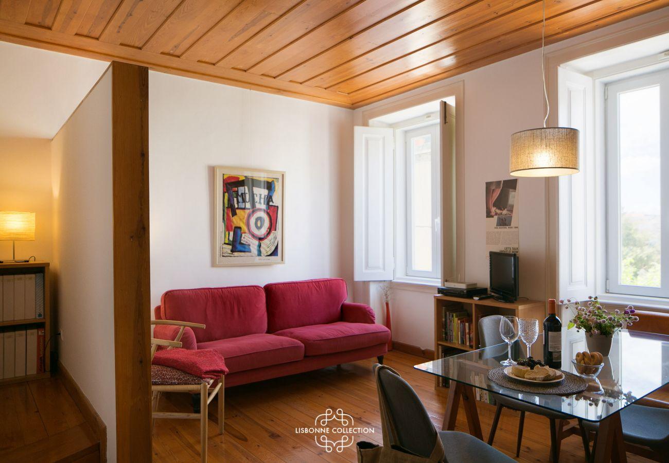 Sala de estar com acesso à cozinha e quartos de prestígio
