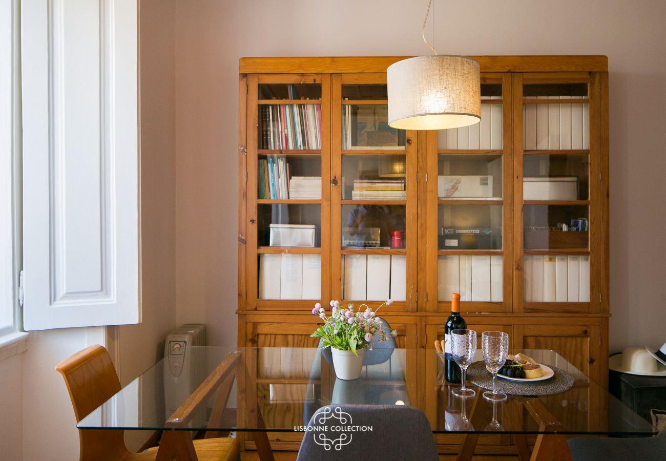 Mobiliário rústico em uma aconchegante sala de estar disponível para alugar