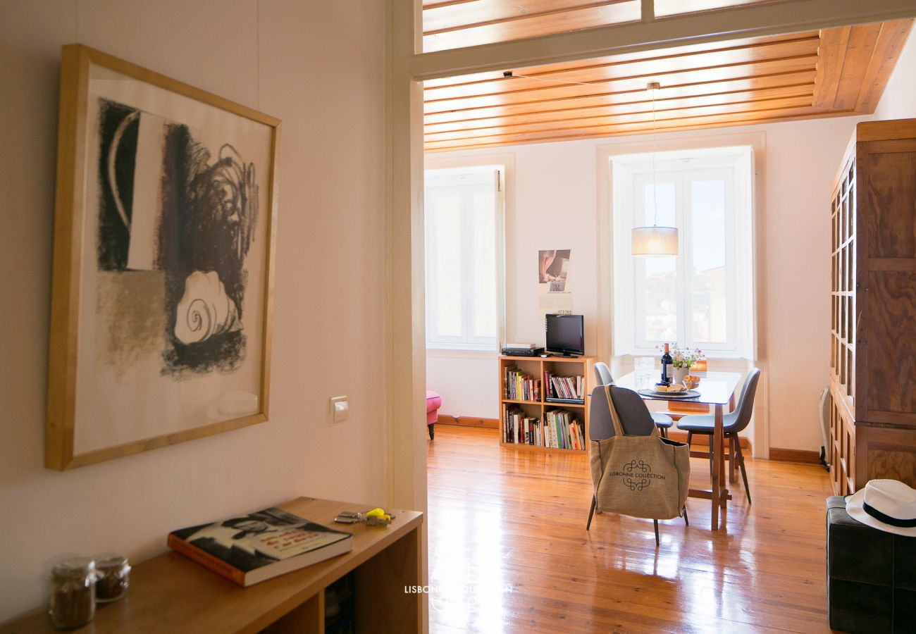 Vista do escritório na sala de estar e no corredor principal do apartamento
