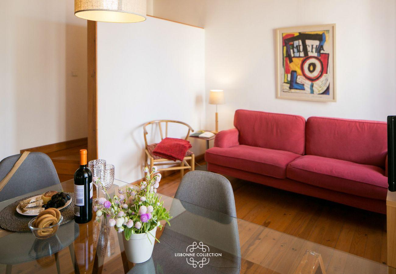 Sala de estar com mesa grande para seis pessoas com sofá