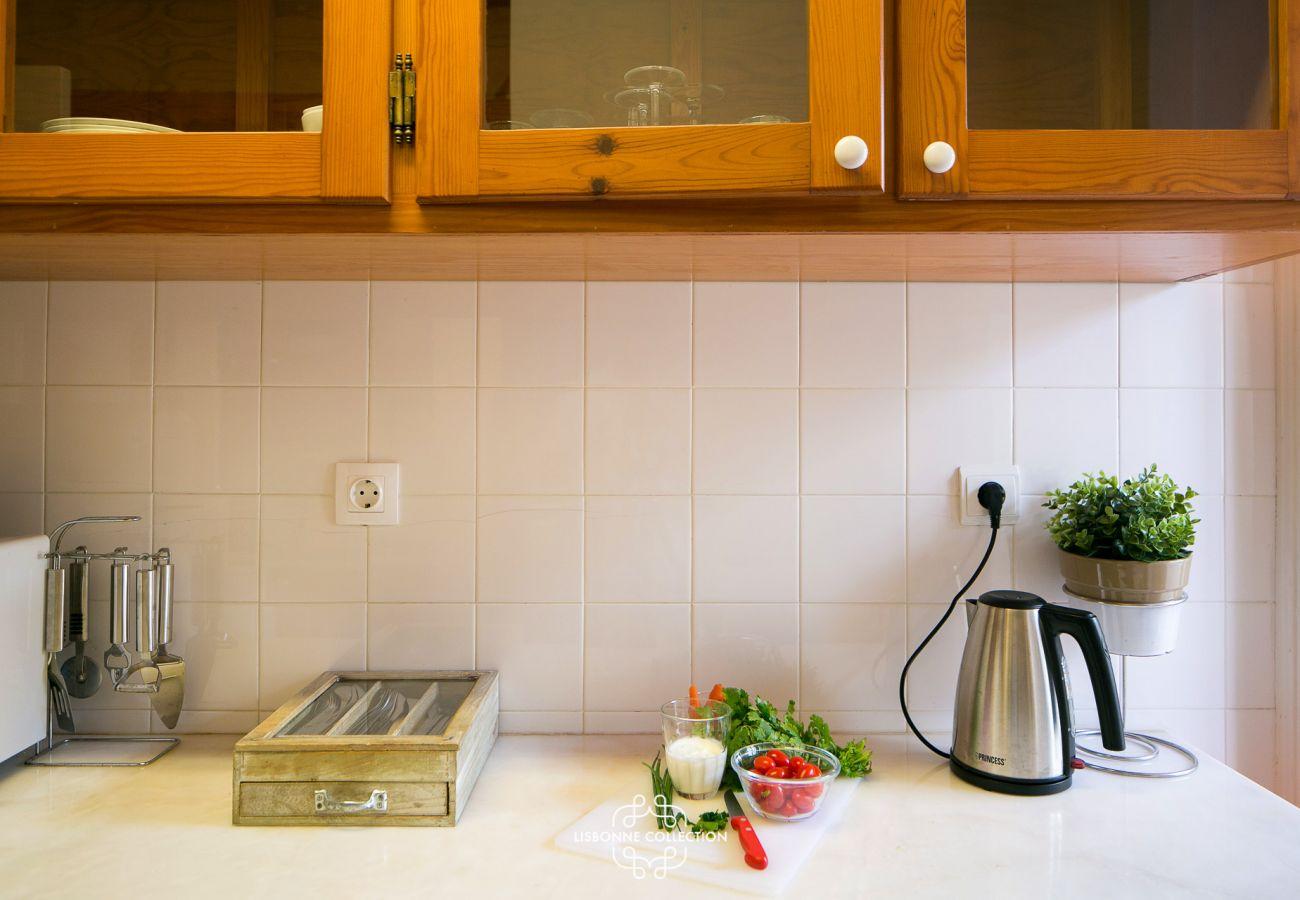 Bancada da cozinha com chaleira e caixa de chá