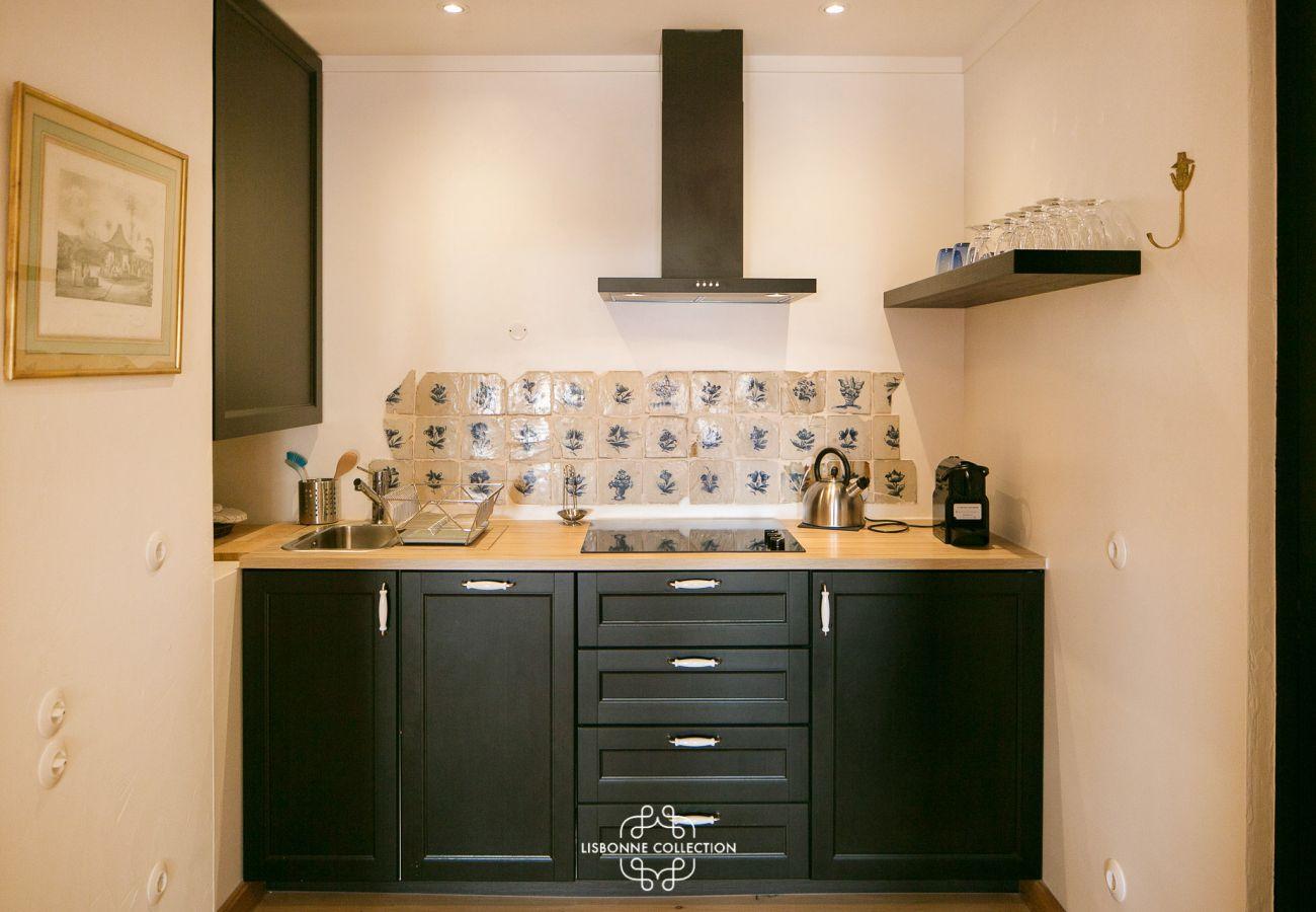 Cozinha com piso de cerâmica e móveis de madeira em um apartamento para alugar