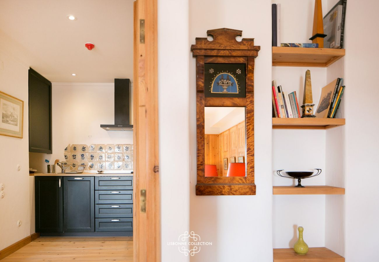 Acesso da cozinha ao quarto principal e ao banheiro