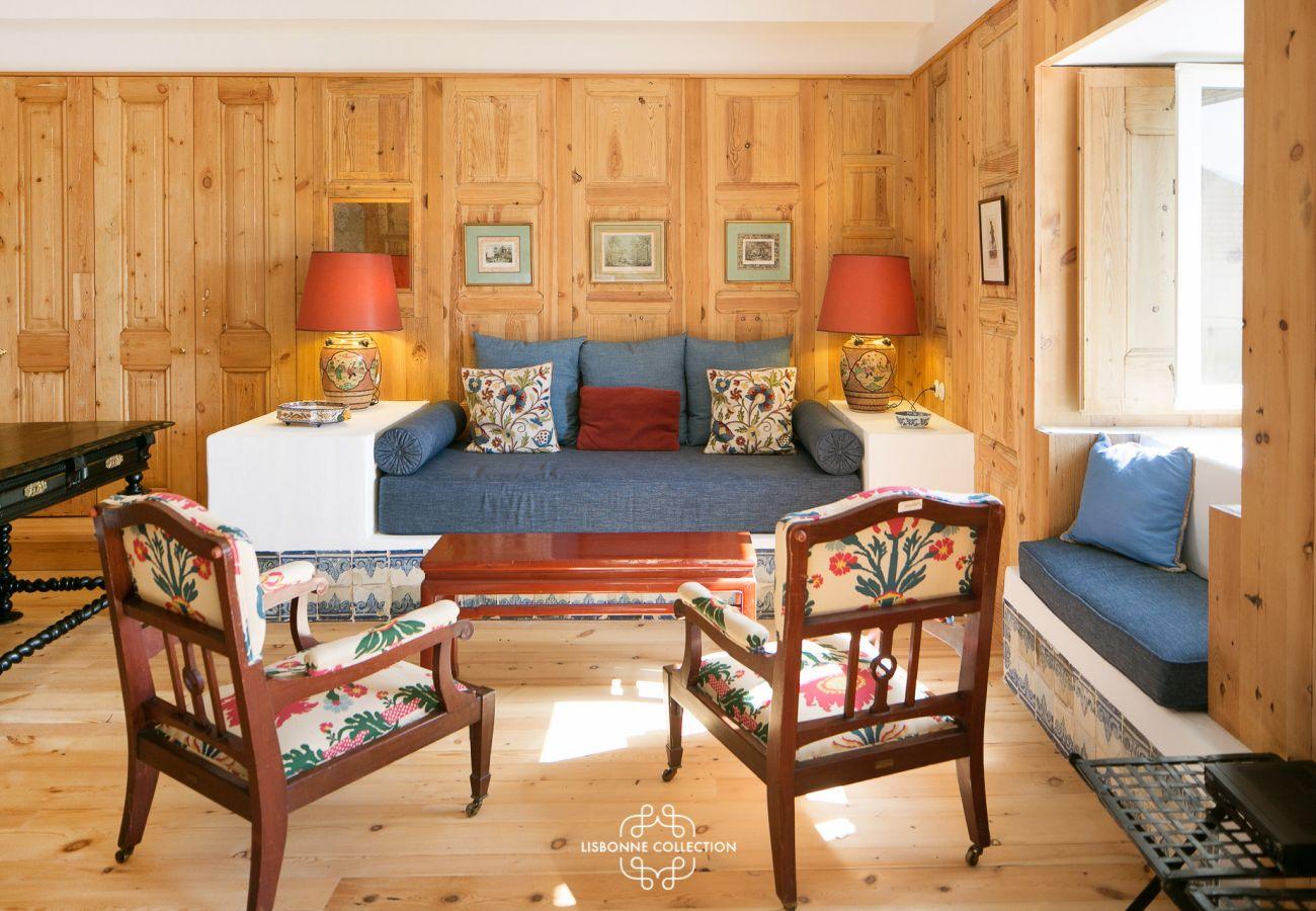 Sala de estar ligada a um quarto espaçoso e requintado