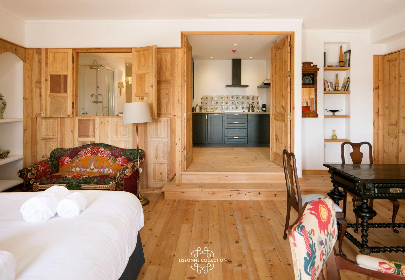 Quarto com acesso a uma cozinha moderna e totalmente equipada