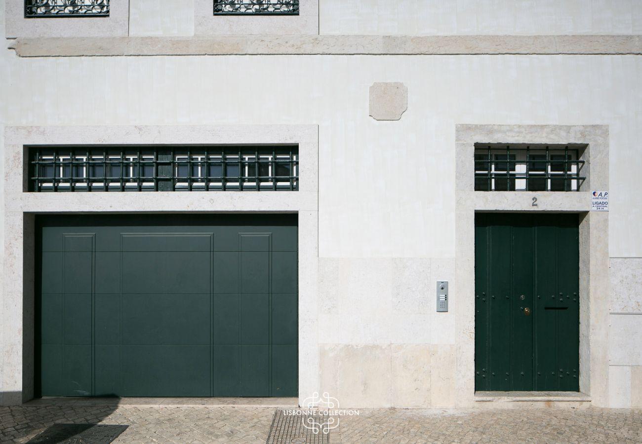 Porta da garagem e porta de entrada do edifício