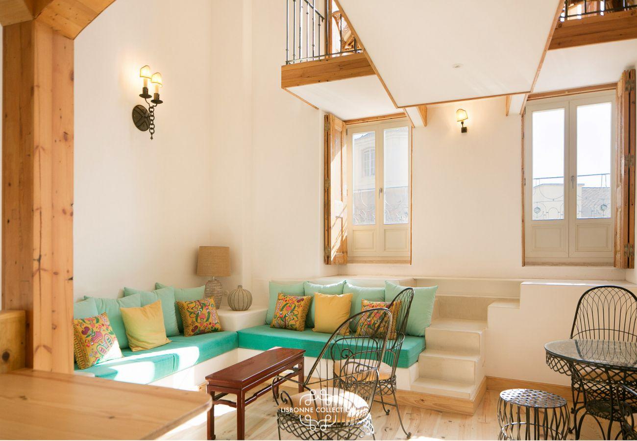 Brilhante e colorida espaçosa sala de estar em um apartamento para alugar